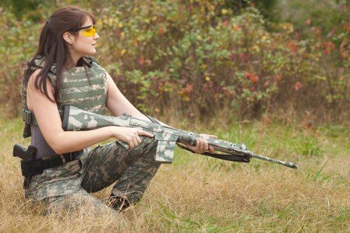 mujer y arma4