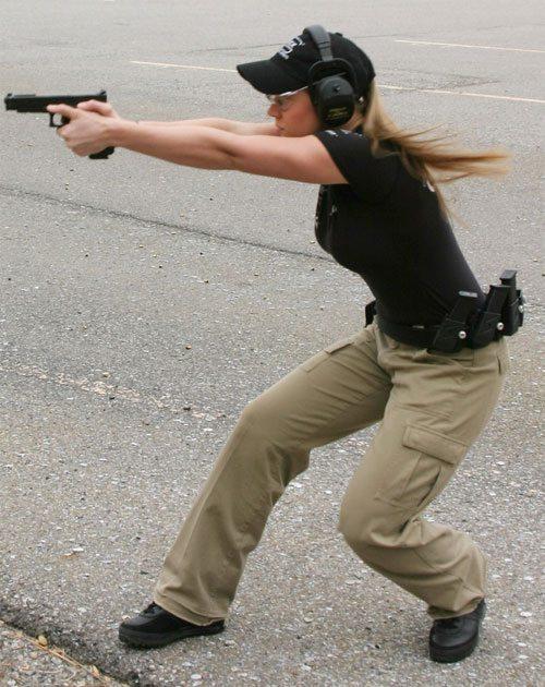 mujer y arma8